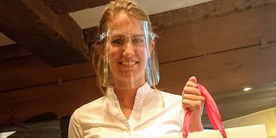 Ramona Stark, Chefin F&B des Hotel Uzwil, mit eleganter Schutzmaske.