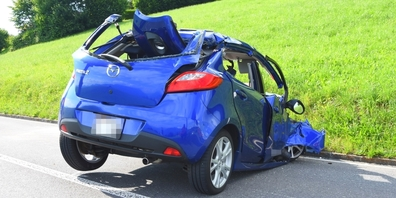 Das Auto war nach dem Zusammenprall mit einem Baum schrottreif.