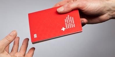 Mit einem Reisepass oder einer Identitätskarte kann eine Person ihre Identität im Alltag beweisen. Im Internet ist dieser Beweis derzeit nur sehr umständlich zu erbringen.