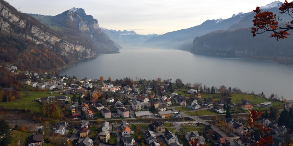 Blick vom Weesner Chapfenberg auf den Walensee und das Quartier Fli, das teils zu Weesen, teils zu Amden gehört.