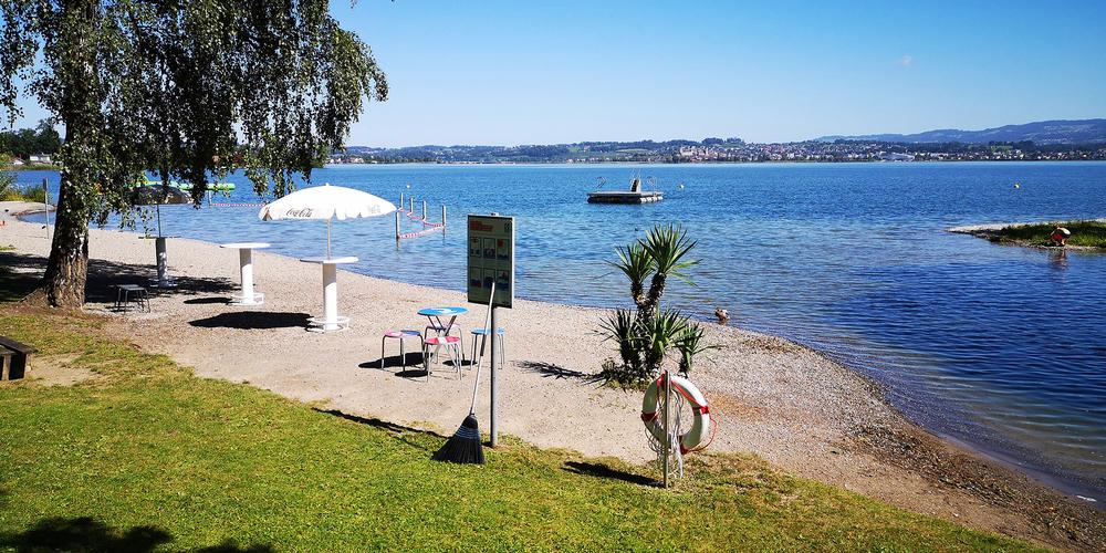 Noch locken die (Wasser-)Temperaturen nicht in den See, die Betreiber der  Ausserschwyzer Badis (auf dem Bild Altendorf) freuen sich aber auf die Saison.