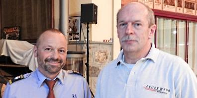 Feuerwehr-Regionalpräsident Reto Unterholzer (links) und das neue Ehrenmitglied Heinz Hickert (Feuerwehr Uznach-Schmerikon).