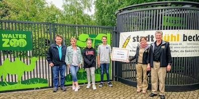 Checkübergabe des Stadtbüelbecks (v. l. Beat Bremgartner, Michaela Huber,  Chiara und Leandro) an Karin und Ernst Federer vom Walter Zoo.