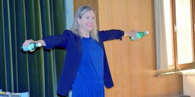 Marianne Botta zeigte auf, wie man mit «Wasserflaschen-Hanteln» effizientes Bewegungstraining im Alltag betreibt.