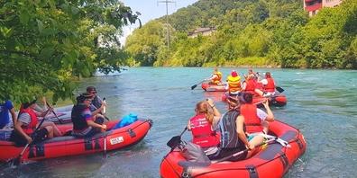 Schätzungsweise über 30'000 Personen liessen sich dieses Jahr auf einem Schwimmkörper den Linthkanal hinabtreiben. Dies führte zu einer Beeinträchtigung der Naturschutzgebiete. (Bild: www.linth-boot.ch)
