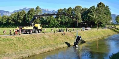 Das Auto wurde rund 300 Meter flussabwärts getrieben, wo es dann geborgen werden konnte.