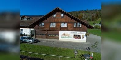 Beim «Buurehof zu Aluege» kann man das Bauernleben hautnah erleben.
