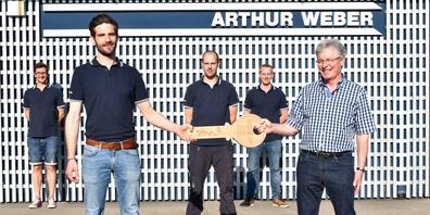 Hugo Gübeli (vorne rechts) übergibt den Schlüssel der Zausch AG an das Team um David Anderegg von der Arthur Weber AG.