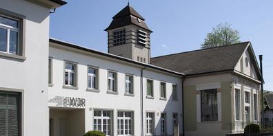Zu den Meilensteinen 2019 der EWJR gehörte auch die Einführung eines neuen Erscheinungsbilds – hier sichtbar über dem Eingang zum Unternehmenssitz in Jona.