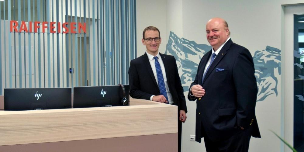 Markus Stoffel (l.) Mitglied der Bankleitung und Rolf Güntensperger, Vorsitzender der Bankleitung, in der neuen Kundenzone der Raiffeisenbank Schänis-Amden.