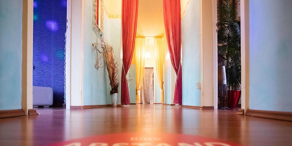 Auf dem Gang des Bordells «Lauras Girls» in Karlsruhe ist ein Aufkleber mit der Aufschrift «Abstand halten, mind. 1,5 Meter» angebracht. Mit einem «Tag der offenen Tür» setzen sich mehrere Bordelle für ihre Wiedereröffnung in der Corona-Krise ein....