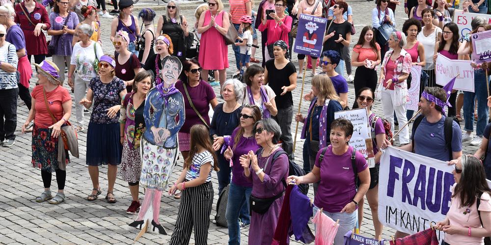 Am Frauenstreik fordern Frauen lautstark mehr Rechte und feiern die Solidarität.