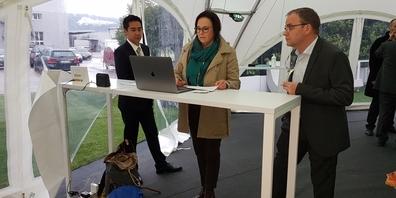 Stadträtin Zschokke, Vertreterin des Ankeraktionärs Rapperswil-Jona, gibt ihre Stimme elektronisch ab.