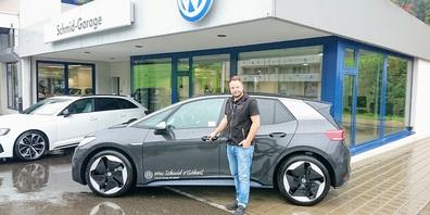Rony Künzle von der Schmid Garage Gähwil mit dem neuen ID3 von VW.