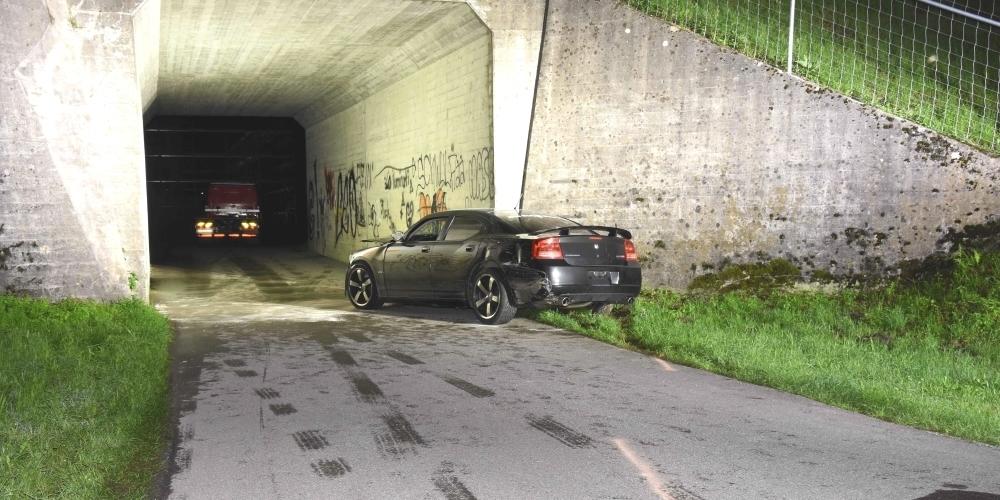 Der Fahrer erlitt durch den Aufprall gegen die Mauer leichte Verletzungen. Sein Führerausweis wurde sofort eingezogen.