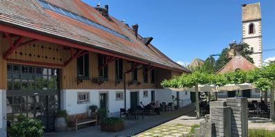 Eines der schönsten Gebäude in Uznach, mitten unten Störchen. (Foto: Sina Haussener)