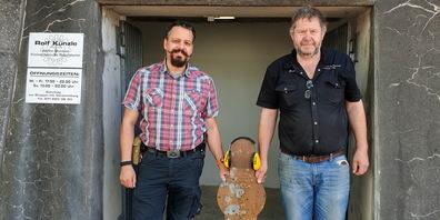 Rolf Künzle (rechts) und Erwin Eberle  vor der neuen Schiessanlage