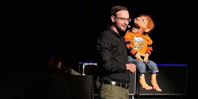 Comedian Yves Keller verschmilzt auf der Bühne mit seinen Figuren, der «Chäller Family»