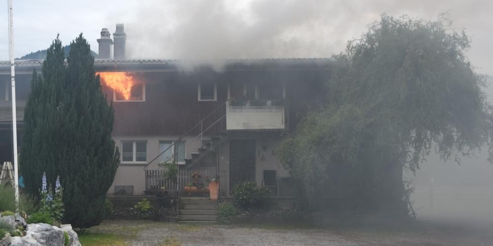 Vermutlich wegen einer auf dem Herd vergessenen Pfanne brach gestern in diesem Benkner Haus ein Feuer aus. Zwei Bewohner wurden leicht verletzt.