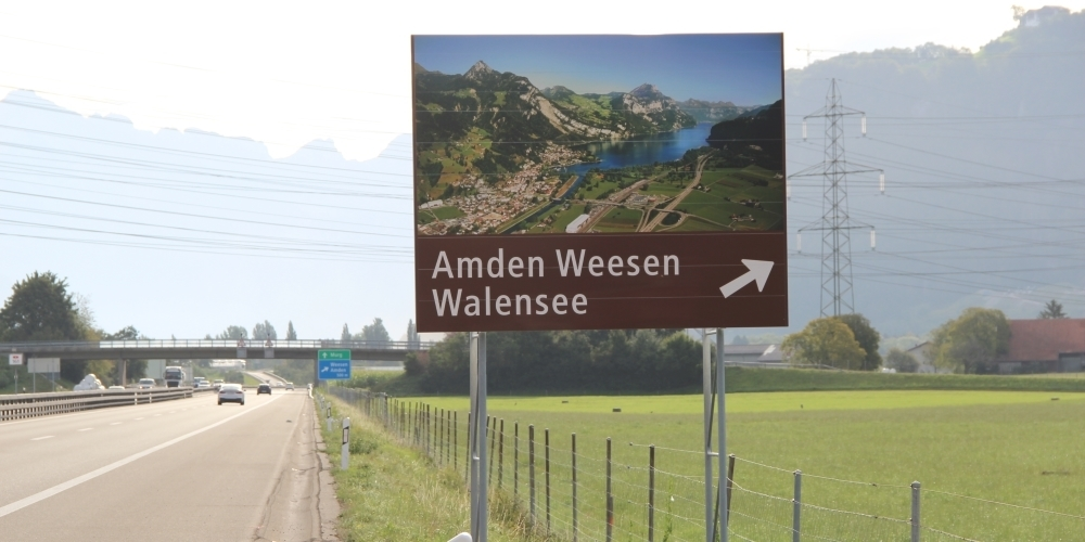 Das neue Schild auf der A3 macht mit einem Luftbild auf Amden, Weesen und den Walensee als Tourismus-Destination aufmerksam.