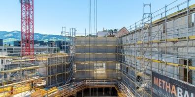Auf einem Rundgang dürfen Besucher die Baustelle, welche immer mehr zum ENTRA Zentrum heranwächst, besichtigen.