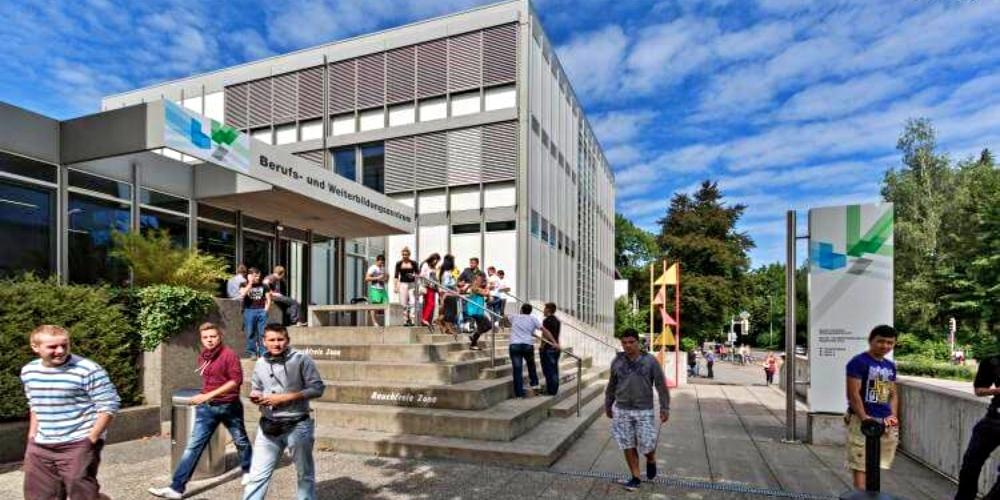 Den Bürgern von Rapperswil-Jona ist 2016 unter falschen Angaben - der BWZ-Neubau habe am heutigen Standort keinen Platz - lediglich der Bau im Südquartier vorgeschlagen worden.