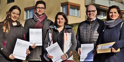 v.l.n.r.): Astrid Marquardt (Grüne), Tobias Uebelhart (glp), Astrid Amiet (glp), Pablo Blöchlinger (Mieterverband) und Susann Helbling (SP) vor bedrohtem bezahlbaren Wohnraum an der Bollwiesstrasse in Jona.