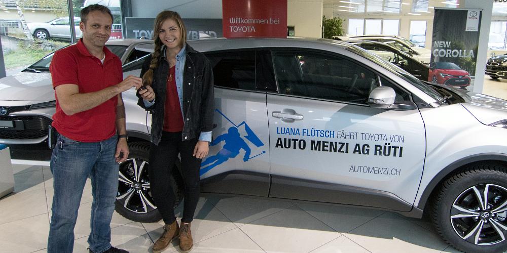Luana Flütsch fährt einen Toyota von der Auto Menzi AG