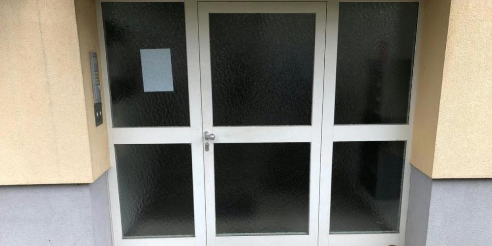 Der Eingang des Mehrfamilienhauses, in dem eine 31-jährige Frau ihre drei kleinen Töchter getötet haben soll. Foto: Gunther Lichtenhofer/APA/dpa
