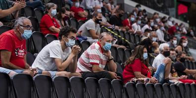 Die Zuschauer haben sich an die Schutzvorschriften gehalten und werden trotzdem wieder ausgesperrt. (Bild: Keystone)