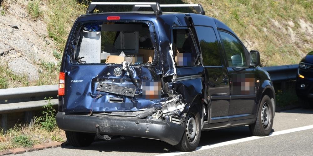 Dieser Lieferwagen war auf der A15 bei Rapperswil-Jona in eine Auffahrkollision verwickelt und erlitt einen Totalschaden.