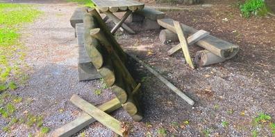 Bei der Feuerstelle Eulenplatz zerstörten Vandalen diesen Tisch.