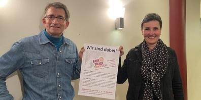 Aufruf zur Teilnahme an der Aktionswoche 2021: Patrick Huber, Mitglied der Kerngruppe und Vereinspräsident des Claro Weltladens Gossau, und Stadträtin Helen Alder Frey, Mitglied der Kerngruppe.
