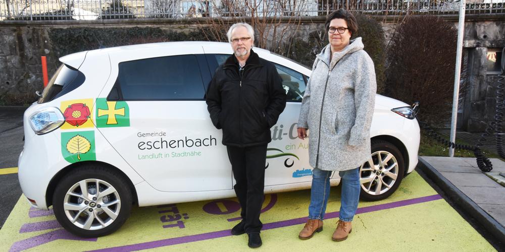 Sandra Raimann, Gemeinderätin und Hansjörg Hunziker, Leiter Liegenschaften und Strassen  vor dem Sponti-Car