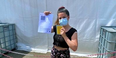 Online-Redaktorin Linda Barberi hat den Impfstoff im Körper und das Covid-Zertifikat in der Hand.
