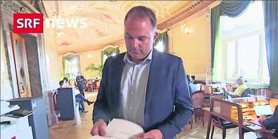 Nationalrat Marcel Dettling zeigte in der «Tagesschau» neueste Zuschriften.