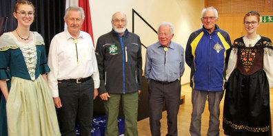 Siegten im Jahresstich Veteranen und Alter und freuten sich mit  Ehrendamen und dem Präsidenten des Verbandes. Max Buchli (v. l.), Präsident des Bündner Schützen-Veteranen-Verbands, Arthur Buchli (Jahrgang 1931), Albert Bösch und Jürg Lietha (beide Jahrgang 1934).