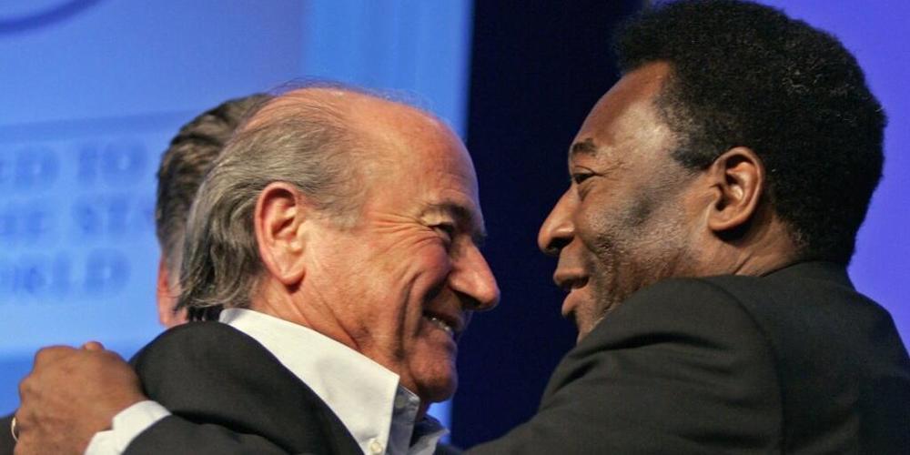 Der frühere brasilianische Fussball-Star Pelé hat nach einer Darmoperation die Intensivstation verlassen und befindet sich auf dem Weg der Genesung. Im Bild: Pelé (rechts) mit dem ehemaligen FIFA-Präsidenten Sepp Blatter. (Archivbild)