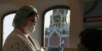 Eine Mitarbeiterin des Gesundheitswesens bereitet eine Impfung mit dem russischen Corona-Impfstoff Sputnik in einem Impfzentrum in Moskau vor. Foto: Pavel Golovkin/AP/dpa