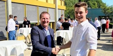Rolf Raschle (links) gratuliert Sebastian Hollenstein zum 1. Rang.