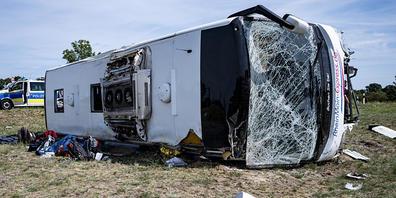 Ein Bus ist an der Raststätte am Bugkgraben an der Autobahn 13 bei Schönwalde in einen Graben gekommen und umgefallen. Dabei wurden mehrere Menschen verletzt. Foto: Fabian Sommer/dpa