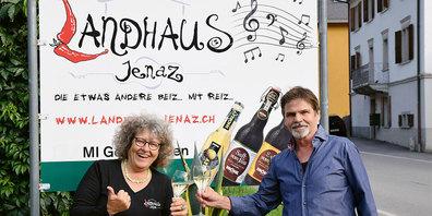 Madlene und Andy Rominger feiern aktuell 10-Jahr-Jubiläum  in Jenaz.