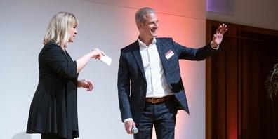 NeoVac CEO Patrik Lanter mit Daniela Lager vom SRF, die den Abend moderiert hat