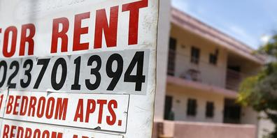 ARCHIV - Ein Schild informiert über freie Mietwohnungen in einem Apartmentkomplex (Symbolbild). Foto: Ross D. Franklin/AP/dpa