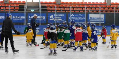 Patrik Högger, Nachwuchsleiter und U9-Coach der EHC Uzwil Hawks, und seine Betreuerkollegen zeigen es den Vier- bis Neunjährigen vor.