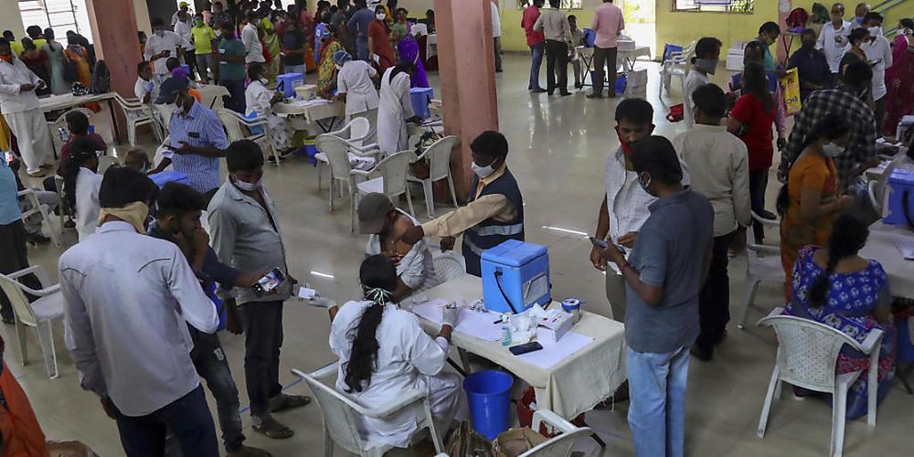 Zahlreiche Menschen werden registriert und gegen das Coronavirus geimpft. Jeder Erwachsene in Indien hat nun Anspruch auf eine kostenlose Impfung, die von der Regierung bezahlt wird. Foto: Mahesh Kumar A/AP/dpa