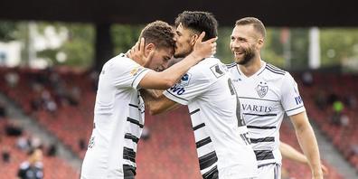 Basels Torschütze Sebastiano Esposito (links) lässt sich im Letzigrund beglückwünschen
