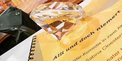 Der Sonnendiamant – ein wichtiges Requisit bei den Proben des Theaters Hallau zu «Alli und doch niemert».