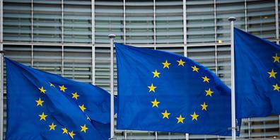 ARCHIV - Flaggen der Europäischen Union wehen vor dem Berlaymont-Gebäude der Europäischen Kommission in Brüssel. Mit ihrem neuen Türkei-Bericht übt die EU-Kommission scharfe Kritik an der Staatsführung von Präsident Erdogan. Foto: Arne Immanuel Bä...