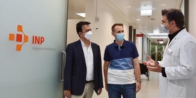 Einführung in der Intergierten Notfallpraxis (von links): Die beiden Hausärzte Tobias Gertsch und Ramin Bayat lassen sich von Senad Tabakovic, Ärztlicher Leiter Notfallstation Spital Wil, die Abläufe auf der INP zeigen.